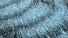 Chamonix_La surface du glacier montrant des crevasses et des bandes de Forbes